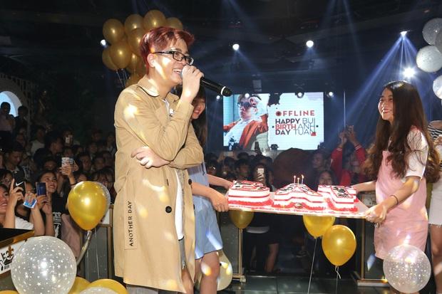 Bùi Anh Tuấn xúc động ôm mẹ, hạnh phúc trước tình cảm của người hâm mộ tại sinh nhật - Ảnh 2.