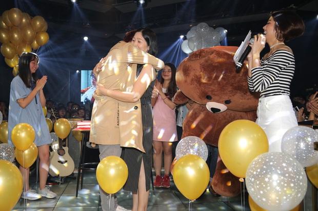 Bùi Anh Tuấn xúc động ôm mẹ, hạnh phúc trước tình cảm của người hâm mộ tại sinh nhật - Ảnh 3.