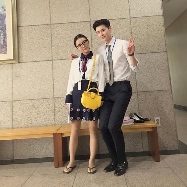 Suzy tựa đầu vào vai Lee Jong Suk làm nũng khiến fan sốt ruột hóng phim - Ảnh 4.