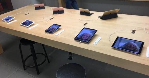 Bà mẹ xì tin của năm: Vào Apple Store tự sướng cực nhắng rồi đổi toàn bộ ảnh nền - Ảnh 2.