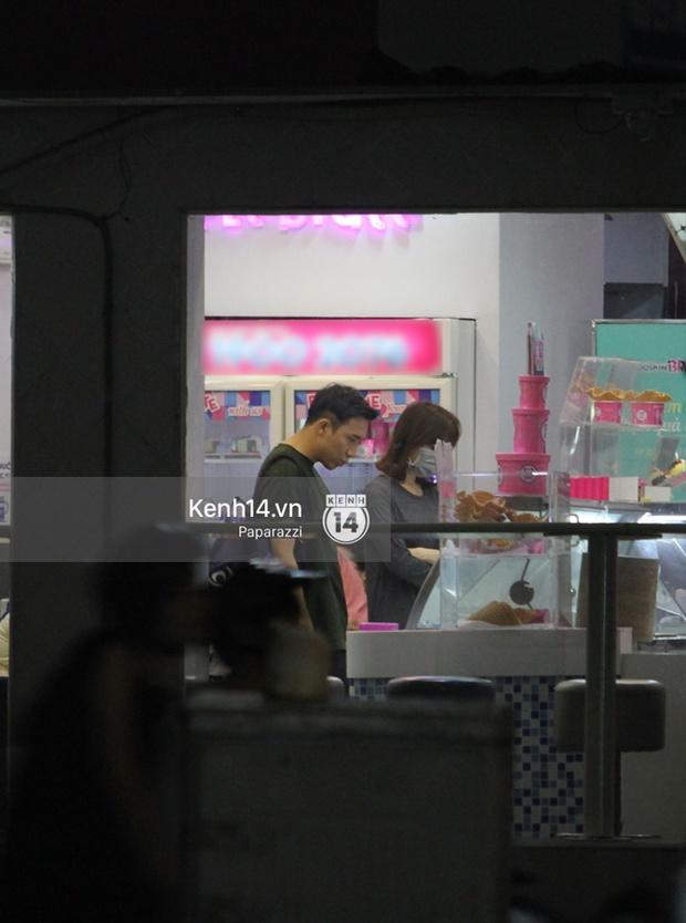 Mặc kệ dân mạng nghi ngờ là MC trong chuyện tình của Đào Bá Lộc, Trấn Thành vẫn hạnh phúc đi ăn đêm cùng Hari Won - Ảnh 6.