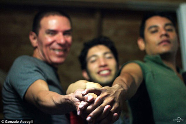 3 người đàn ông đồng tính cùng cưới nhau nhưng vẫn chung sống hạnh phúc dưới một mái nhà - Ảnh 2.
