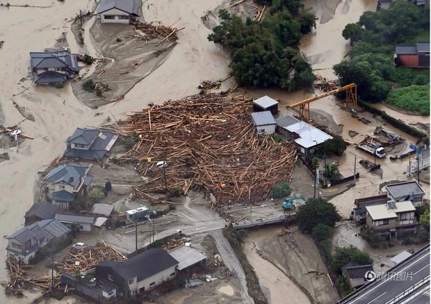 Mưa bão kinh hoàng, người Nhật khóc ròng vì nhà cửa, ruộng vườn bị lũ cuốn trôi - Ảnh 1.