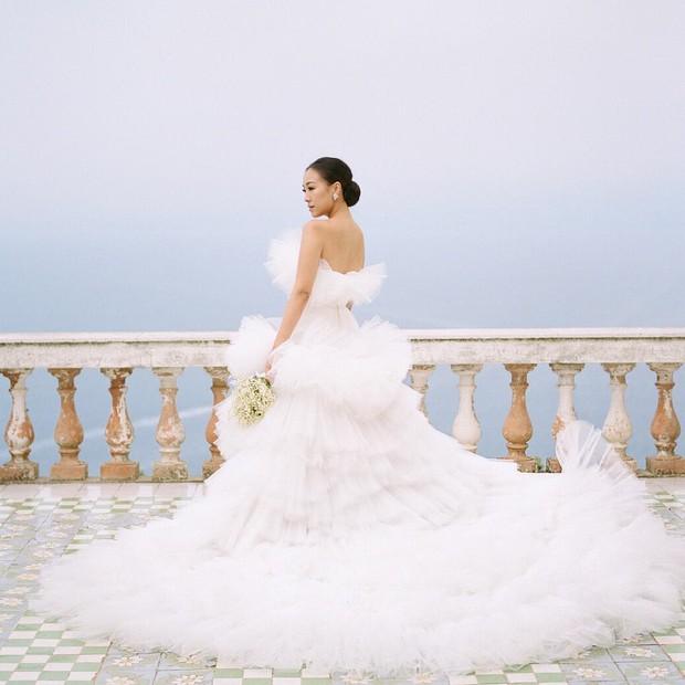 Váy cưới bồng bềnh như mây trắng của fashionista Hong Kong khiến bạn phải thốt lên: Liệu đây có phải mơ? - Ảnh 1.