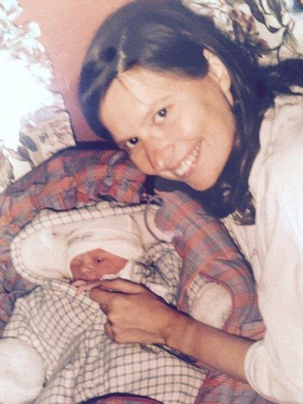 Từ chối hóa trị cho con gái mới sinh bị ung thư bạch cầu, người mẹ khóc òa khi nhận được cái kết - Ảnh 1.