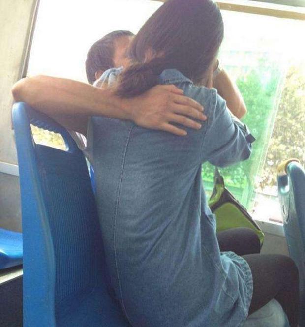 Cắn chảy máu môi bạn gái khi đang mải hôn nhau trên xe buýt, cặp sinh viên ăn vạ tài xế vì lái ẩu - Ảnh 1.