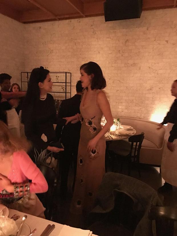 Bố mẹ chồng Tăng Thanh Hà dự tiệc thời trang chuẩn siêu sao cùng Selena Gomez - Ảnh 2.