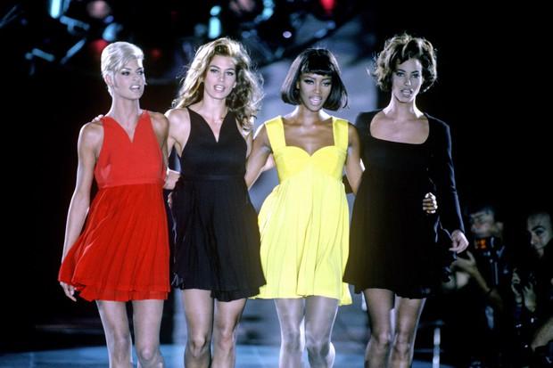 Hội chị em bạn dì siêu mẫu huyền thoại từ thời bố mẹ mình đã quy tụ đầy đủ trên sàn diễn Versace - Ảnh 1.