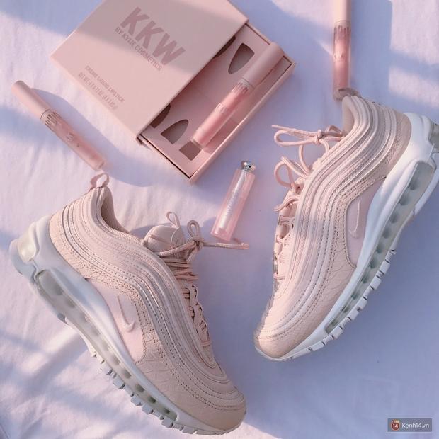 Review đôi sneaker được ví như viên kẹo ngọt đang đốn tim các cô nàng: Nike Air Max 97 Premium Pink Snakeskin - Ảnh 2.