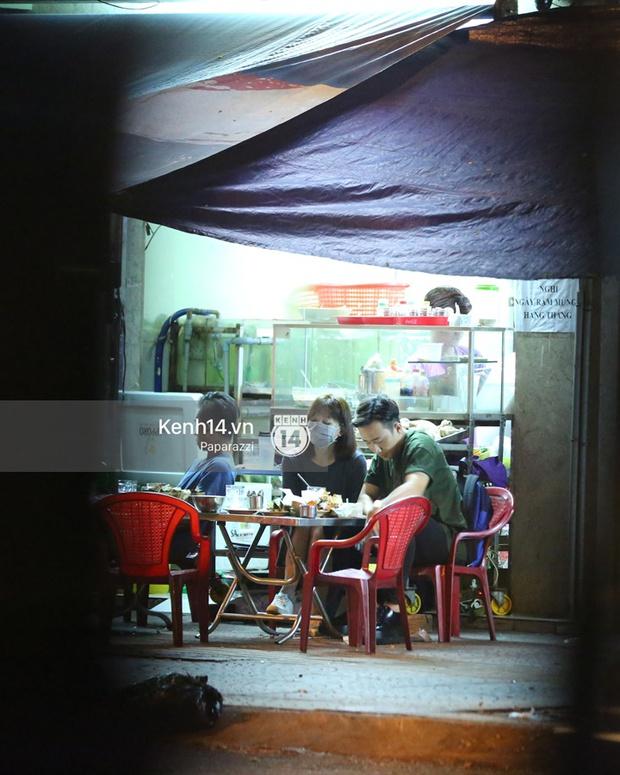 Mặc kệ dân mạng nghi ngờ là MC trong chuyện tình của Đào Bá Lộc, Trấn Thành vẫn hạnh phúc đi ăn đêm cùng Hari Won - Ảnh 12.