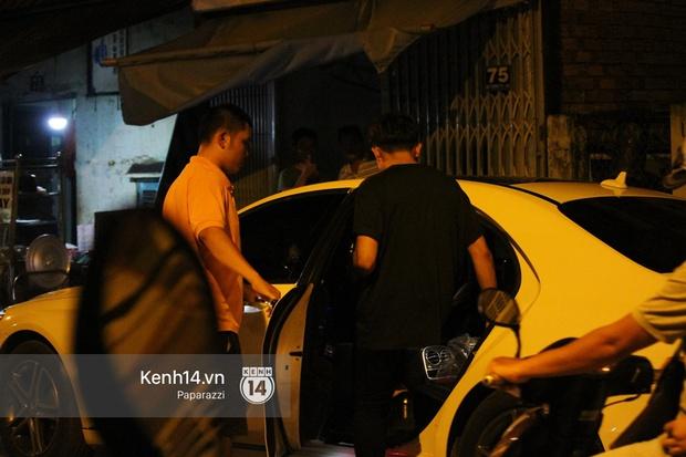 Mặc kệ dân mạng nghi ngờ là MC trong chuyện tình của Đào Bá Lộc, Trấn Thành vẫn hạnh phúc đi ăn đêm cùng Hari Won - Ảnh 3.