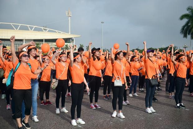 Hàng ngàn sinh viên xuống đường đi bộ vì nạn nhân da cam - Ảnh 10.
