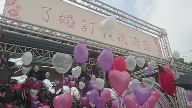Hôn thê đang mang thai qua đời vì tai nạn giao thông, người đàn ông chung tình biến lễ viếng thành buổi lễ đính hôn - Ảnh 12.