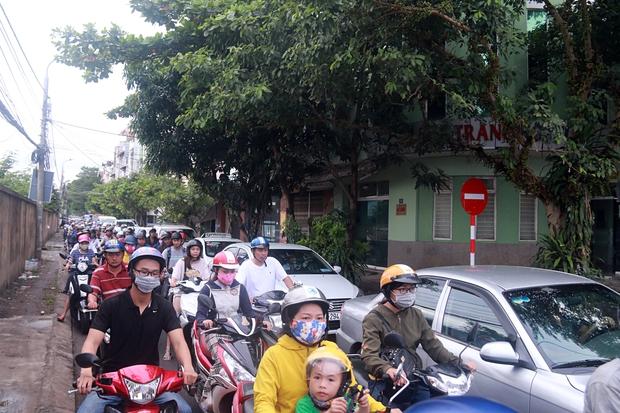 Chùm ảnh: Công trình hầm chui chậm tiến độ, người dân Đà Nẵng mệt mỏi trước cảnh hàng ngàn phương tiện ùn ứ kéo dài - Ảnh 7.