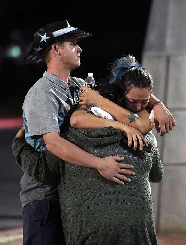 Nhìn lại những hình ảnh thảm khốc vụ xả súng khiến gần 600 người thương vong: Nỗi đau nước Mỹ không bao giờ quên - Ảnh 1.