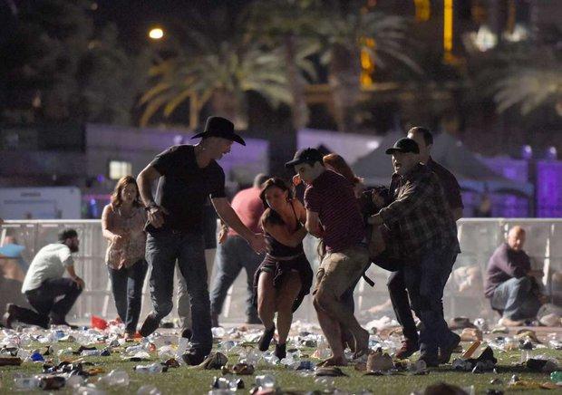 Nhìn lại những hình ảnh thảm khốc vụ xả súng khiến gần 600 người thương vong: Nỗi đau nước Mỹ không bao giờ quên - Ảnh 5.