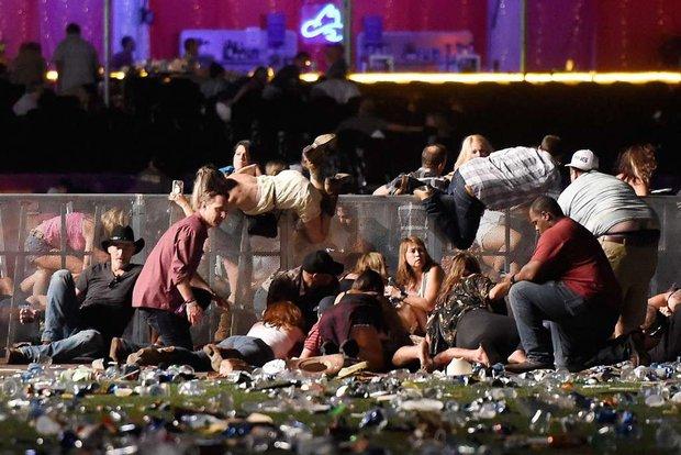 Nhìn lại những hình ảnh thảm khốc vụ xả súng khiến gần 600 người thương vong: Nỗi đau nước Mỹ không bao giờ quên - Ảnh 7.