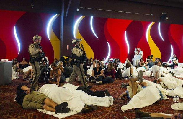 Nhìn lại những hình ảnh thảm khốc vụ xả súng khiến gần 600 người thương vong: Nỗi đau nước Mỹ không bao giờ quên - Ảnh 9.