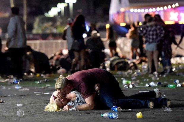 Nhìn lại những hình ảnh thảm khốc vụ xả súng khiến gần 600 người thương vong: Nỗi đau nước Mỹ không bao giờ quên - Ảnh 13.