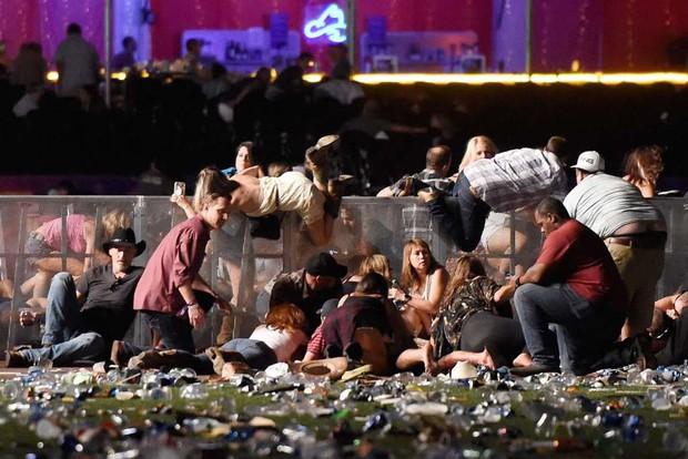 Nhìn lại những hình ảnh thảm khốc vụ xả súng khiến gần 600 người thương vong: Nỗi đau nước Mỹ không bao giờ quên - Ảnh 14.