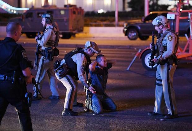Nhìn lại những hình ảnh thảm khốc vụ xả súng khiến gần 600 người thương vong: Nỗi đau nước Mỹ không bao giờ quên - Ảnh 17.