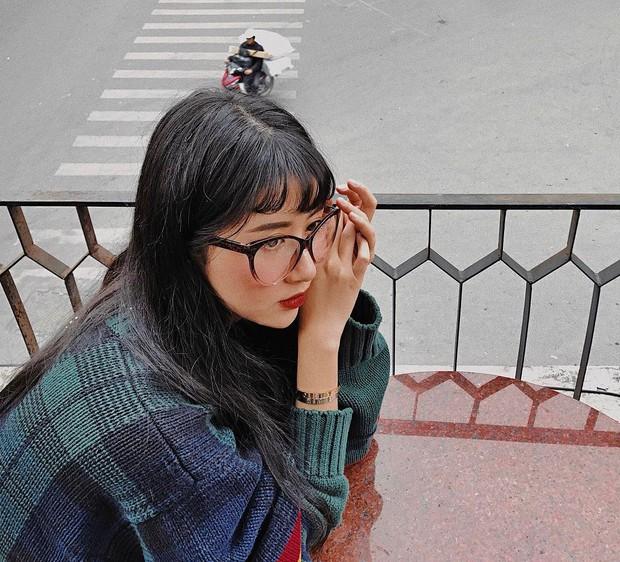 Angela Phương Trinh & Quỳnh Anh Shyn thành chị em một nhà vì để tóc mái, đeo kính giống nhau - Ảnh 2.