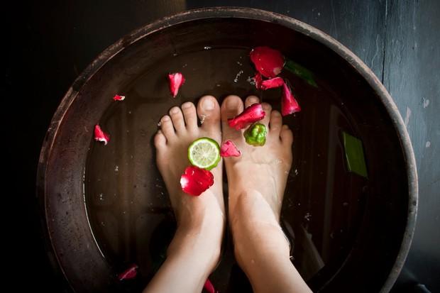 Muốn gót chân không khô ráp, nứt nẻ thì phải chữa ngay 4 thói quen này - Ảnh 4.