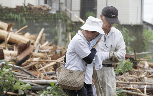 Mưa bão kinh hoàng, người Nhật khóc ròng vì nhà cửa, ruộng vườn bị lũ cuốn trôi - Ảnh 2.