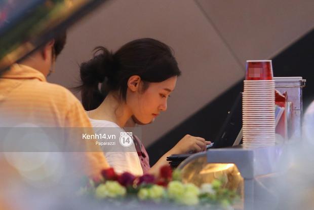 Nữ thần sắc đẹp thế hệ mới Jung Chae Yeon thoải mái đi mua sắm và ăn kem ở trung tâm thương mại đông người tại Việt Nam - Ảnh 11.