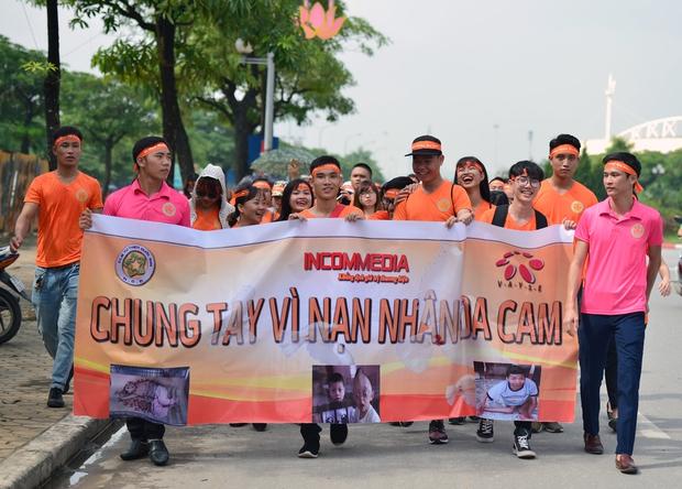 Hàng ngàn sinh viên xuống đường đi bộ vì nạn nhân da cam - Ảnh 13.