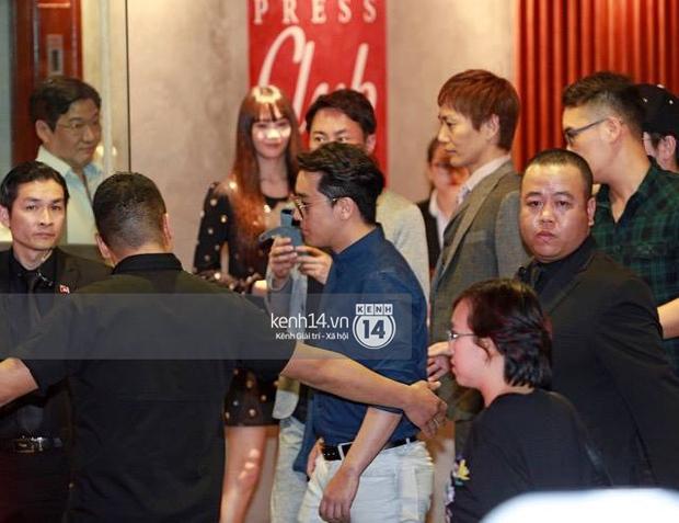 Seungri bảnh bao dùng bữa tối tại một nhà hàng, fan đồng loạt hát hit của Big Bang - Ảnh 1.