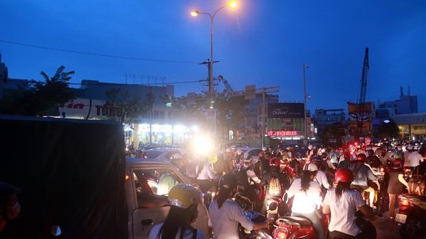 Chùm ảnh: Công trình hầm chui chậm tiến độ, người dân Đà Nẵng mệt mỏi trước cảnh hàng ngàn phương tiện ùn ứ kéo dài - Ảnh 8.