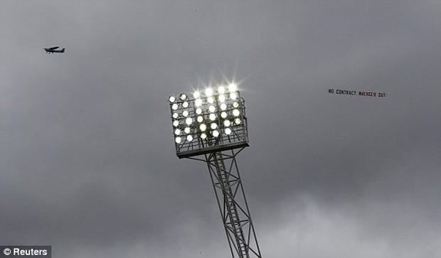 Fan Arsenal tạo nên cảnh tượng lần đầu tiên xuất hiện ở Premier League - Ảnh 3.