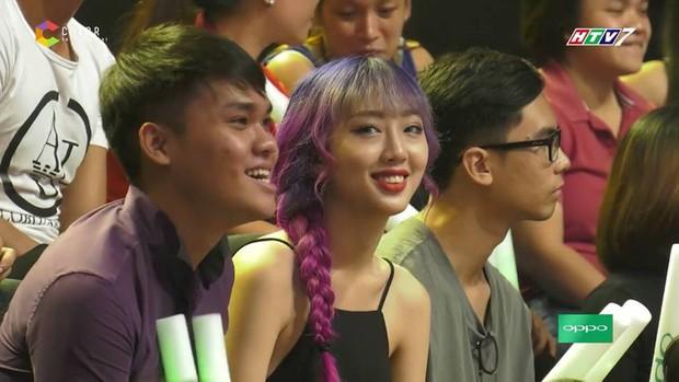 Cô gái tóc tím vô tình nổi tiếng khi làm khán giả của Giọng ải giọng ai - Ảnh 2.