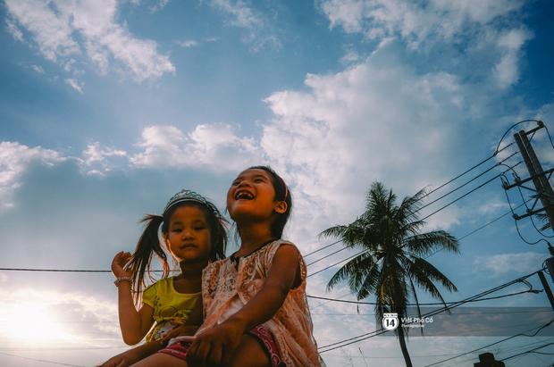 Gia đình vé số Sài Gòn: Ba mẹ ăn chuối luộc thay cơm, hai con gái không biết đến thịt cá - Ảnh 15.