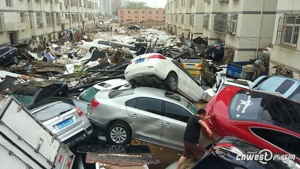 Trung Quốc: Mưa lũ kinh hoàng, ô tô bẹp dúm như đồ chơi, nước ngập tới 4m, bùn chất đống cao 1m - Ảnh 1.