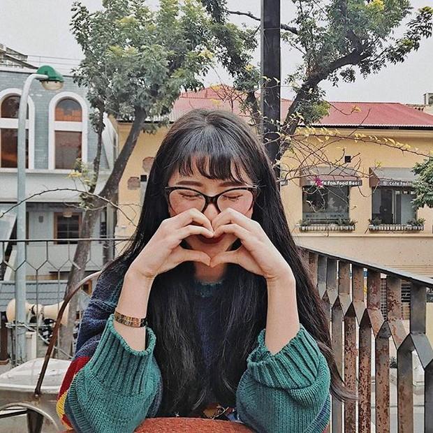 Angela Phương Trinh & Quỳnh Anh Shyn thành chị em một nhà vì để tóc mái, đeo kính giống nhau - Ảnh 3.