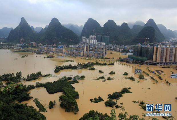 Mưa lũ kinh hoàng kéo dài nhiều ngày, hàng trăm ngàn người dân Trung Quốc kéo nhau đi sơ tán - Ảnh 1.
