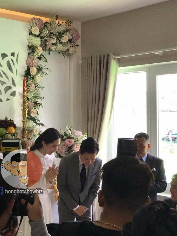 Hoa hậu Đặng Thu Thảo rạng rỡ bên doanh nhân Trung Tín trong đám hỏi bí mật tổ chức tại nhà riêng - Ảnh 3.