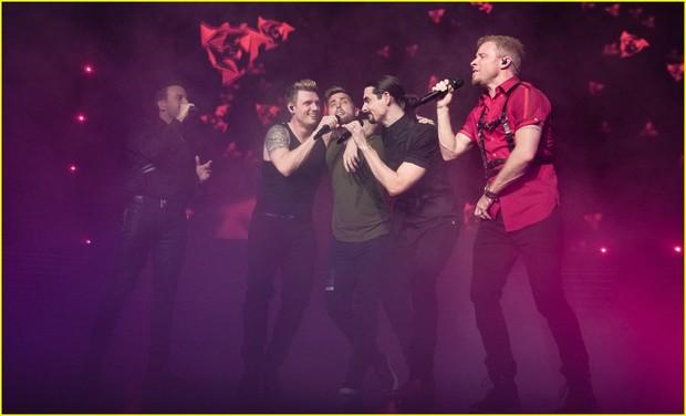 Sau 20 năm, giờ Backstreet Boys ôm ấp, hát tình ca cho thành viên NSYNC thế này đây! - Ảnh 7.