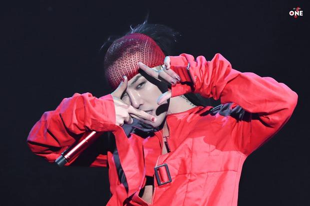 Loạt ảnh siêu ảo từ concert G-Dragon: Lúc chất phát ngất, lúc cười tít mắt, áo trễ hở ti - Ảnh 17.