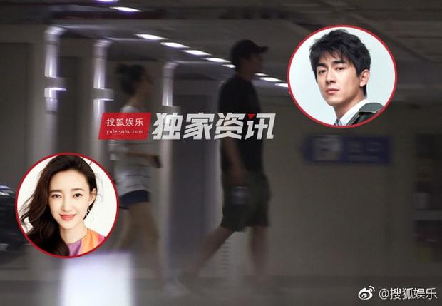 Lâm Canh Tân bị bắt gặp đi du lịch với Vương Lệ Khôn, nhưng netizen chỉ chú ý tới cánh tay Triệu Hựu Đình ôm vợ quá tình tứ - Ảnh 1.
