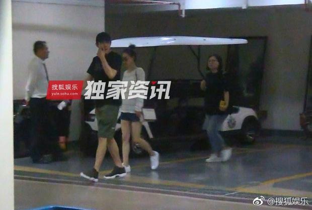 Lâm Canh Tân bị bắt gặp đi du lịch với Vương Lệ Khôn, nhưng netizen chỉ chú ý tới cánh tay Triệu Hựu Đình ôm vợ quá tình tứ - Ảnh 2.