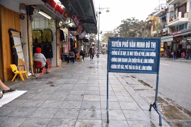 Chùm ảnh: Trung tâm quận Hoàn Kiếm đồng loạt ra quân giữ trật tự vỉa hè phố cổ - Ảnh 8.