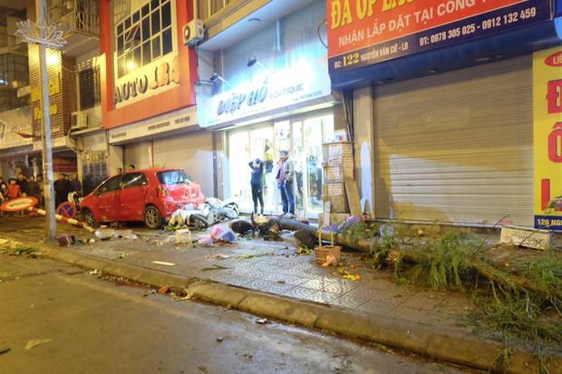 Hà Nội: Dừng mua hoa 8/3 bị ô tô điên tông hàng loạt, 7 người bị thương - Ảnh 2.