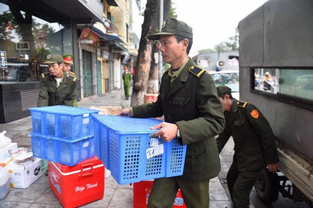 Chùm ảnh: Trung tâm quận Hoàn Kiếm đồng loạt ra quân giữ trật tự vỉa hè phố cổ - Ảnh 7.