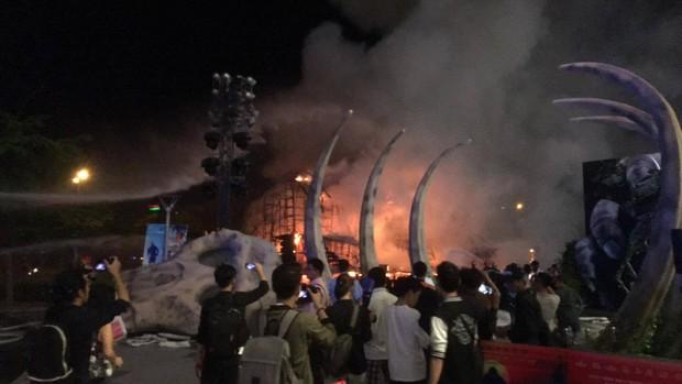 Nghệ sĩ và khách mời bỏ chạy tán loạn khi sân khấu Kong: Skull Island tại Sài Gòn bất ngờ bốc cháy - Ảnh 1.