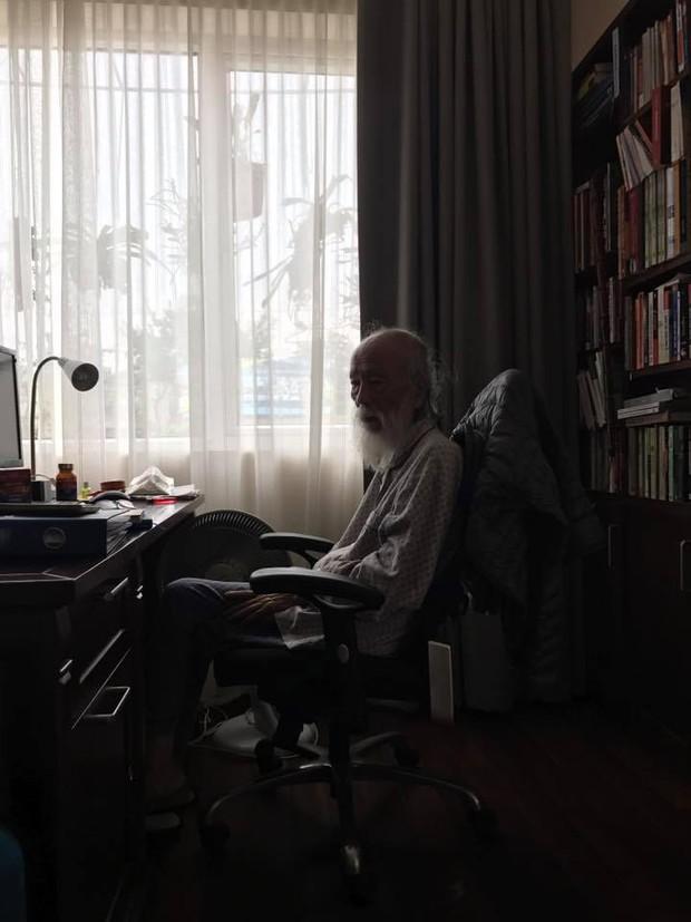 Thầy Văn Như Cương xuất viện, về thăm trường Lương Thế Vinh trong vòng tay học sinh - Ảnh 1.