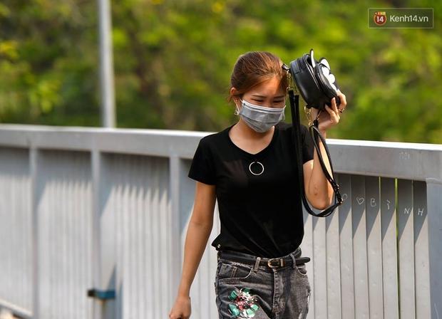 Chùm ảnh: Thật khó tin, mới đầu tháng 4, người Hà Nội đã vật vã vì nắng nóng gần 40 độ C - Ảnh 8.