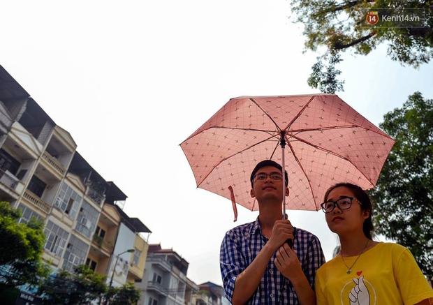 Chùm ảnh: Thật khó tin, mới đầu tháng 4, người Hà Nội đã vật vã vì nắng nóng gần 40 độ C - Ảnh 7.